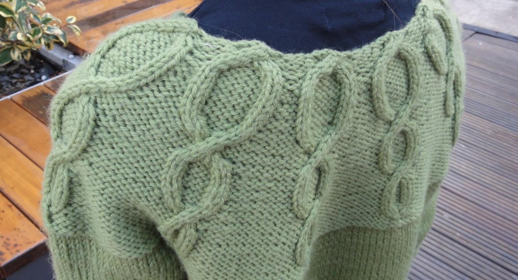 Qu'il est loin le temps où un pull se tricotait en 4 pièces (un devant, un dos et 2 manches), assemblées à la fin de l'ouvrage. Le Miss Korrigan de...